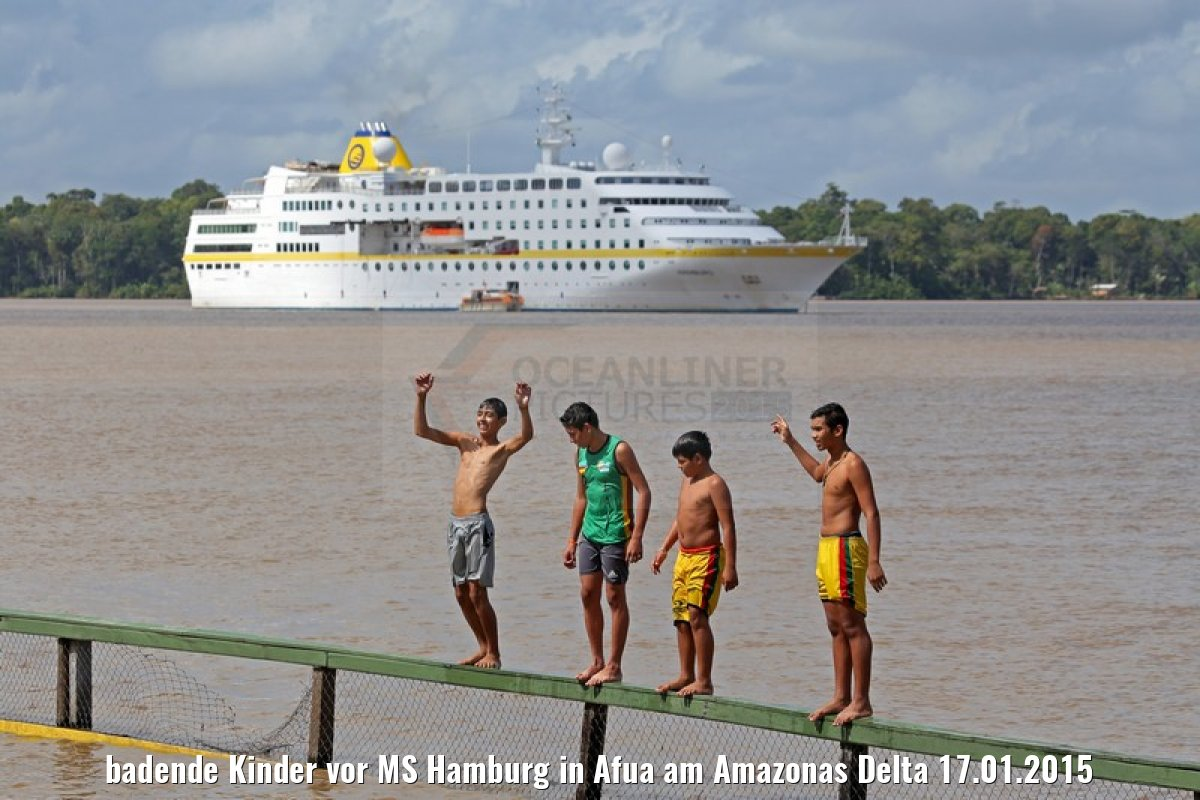 badende Kinder vor MS Hamburg in Afua am Amazonas Delta 17.01.2015