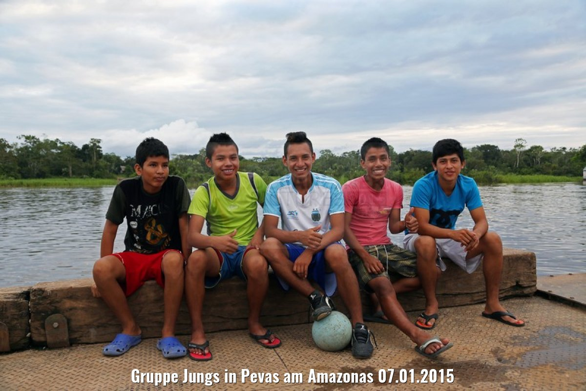 Gruppe Jungs in Pevas am Amazonas 07.01.2015