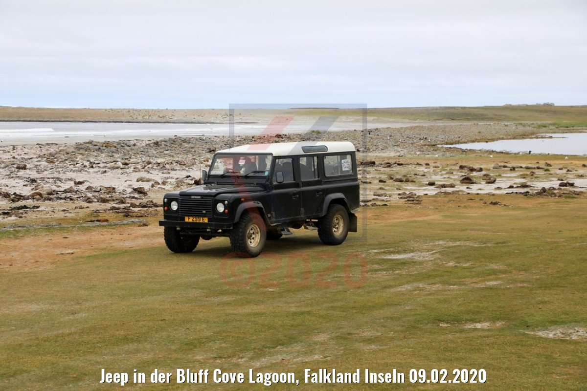 Jeep in der Bluff Cove Lagoon, Falkland Inseln 09.02.2020