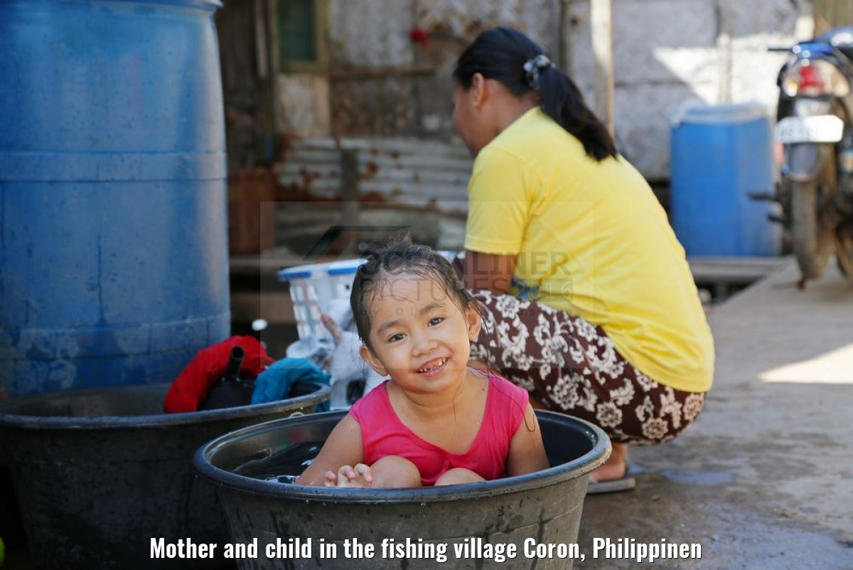 Mother and child in the fishing village Coron, Philippinen