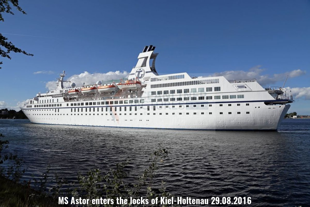 MS Astor enters the locks of Kiel-Holtenau 29.08.2016