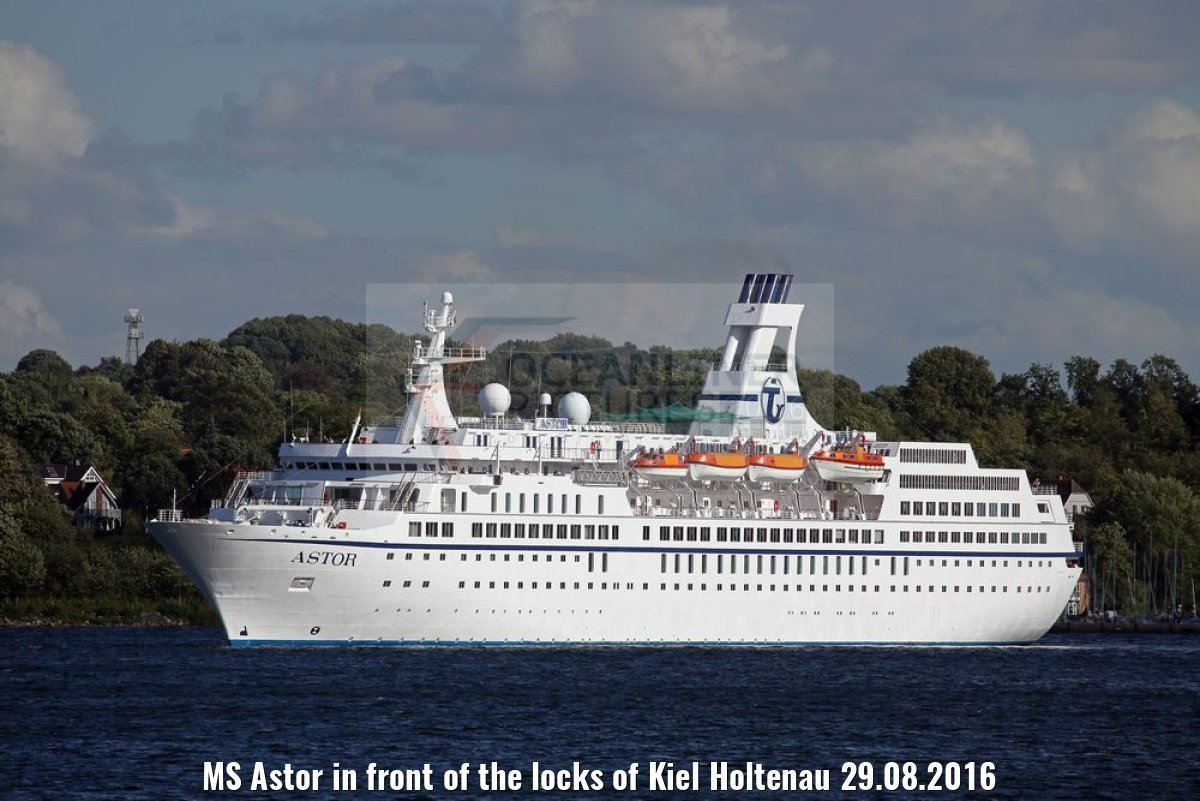 MS Astor in front of the locks of Kiel Holtenau 29.08.2016
