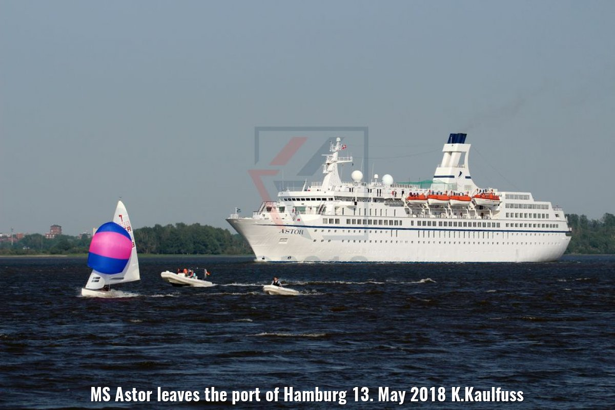 MS Astor leaves the port of Hamburg 13. May 2018 K.Kaulfuss