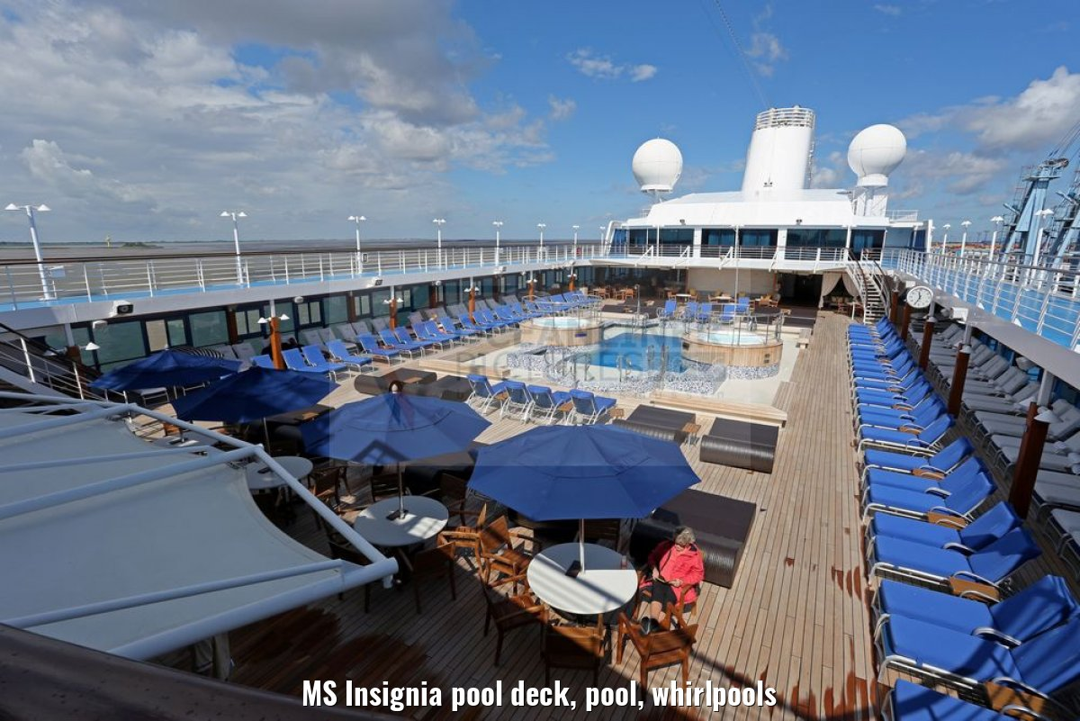 MS Insignia pool deck, pool, whirlpools