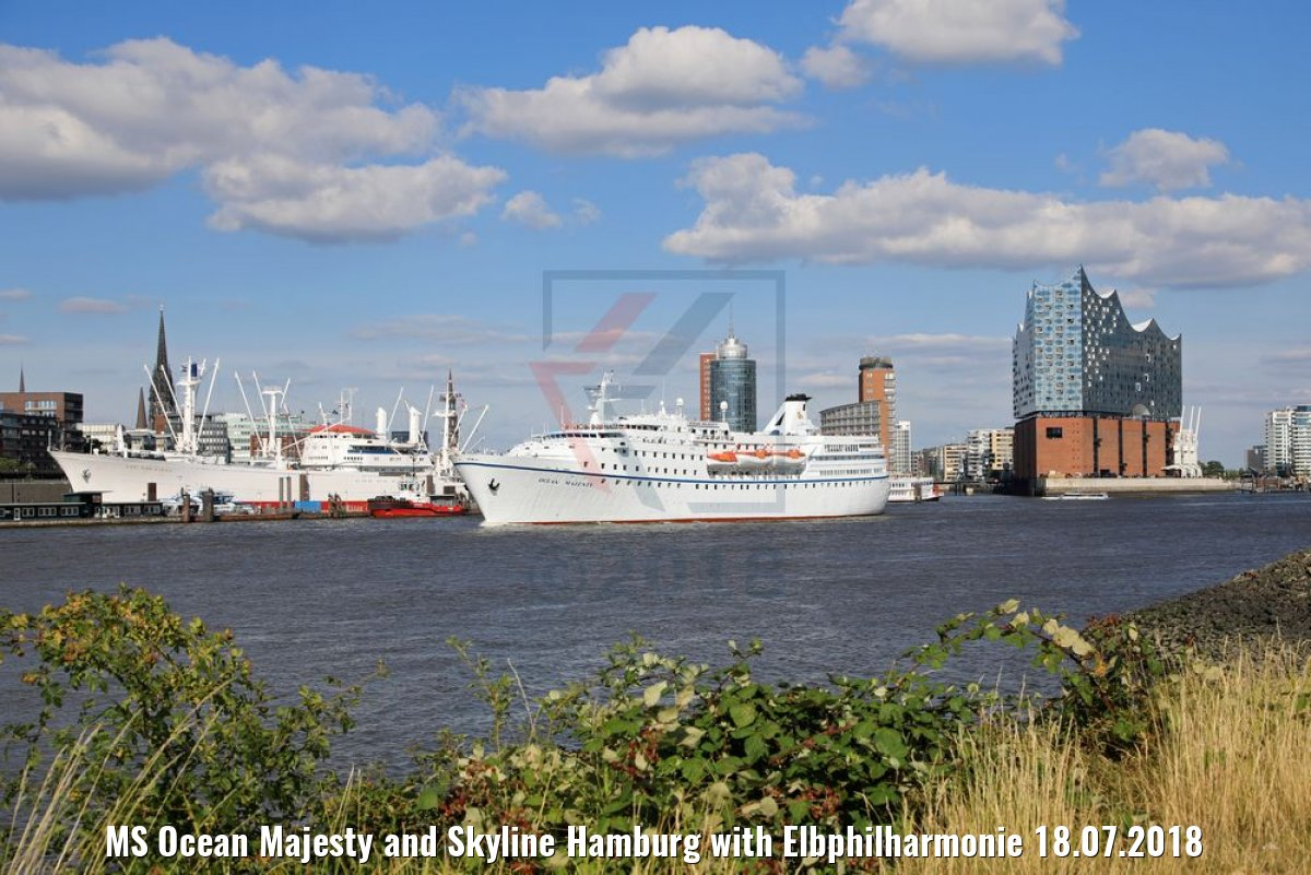 MS Ocean Majesty and Skyline Hamburg with Elbphilharmonie 18.07.2018