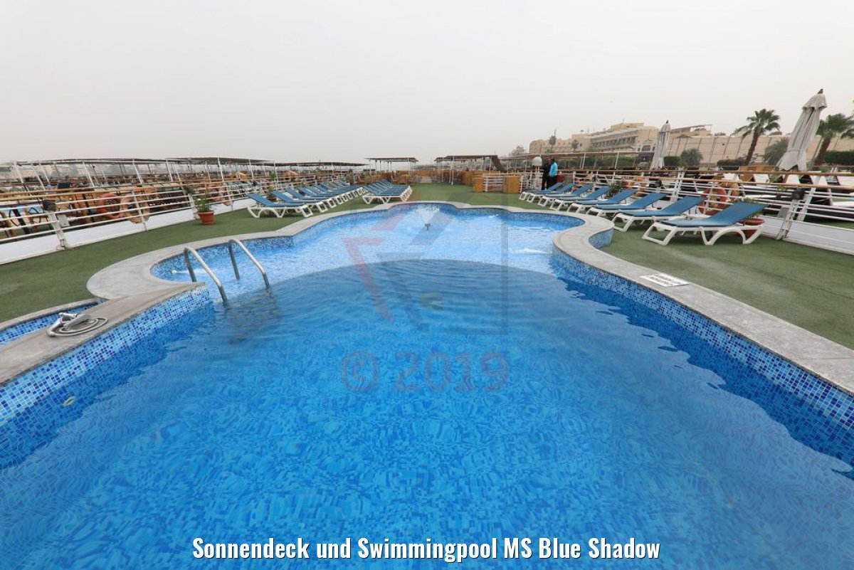 Sonnendeck und Swimmingpool MS Blue Shadow
