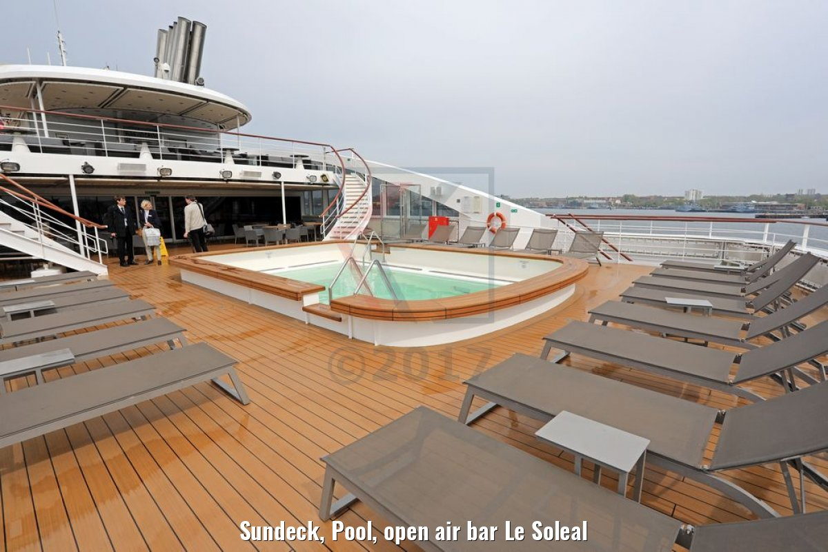 Sundeck, Pool, open air bar Le Soleal