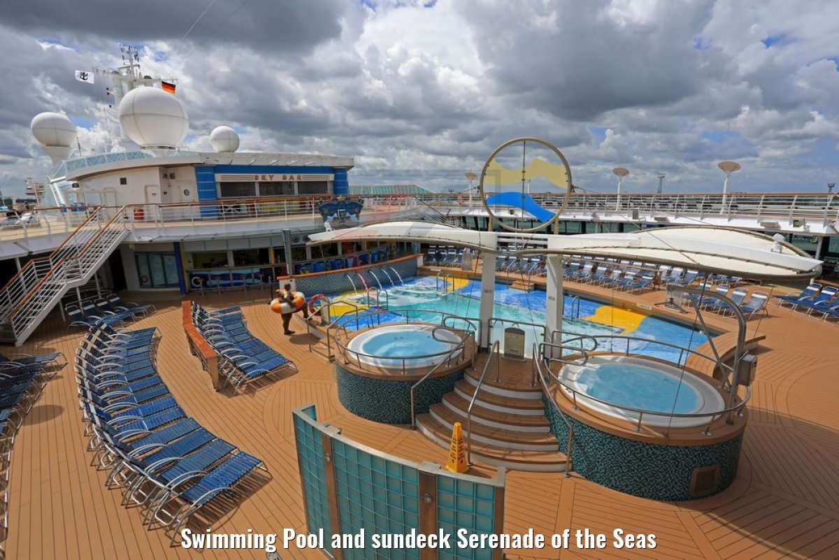 Swimming Pool and sundeck Serenade of the Seas