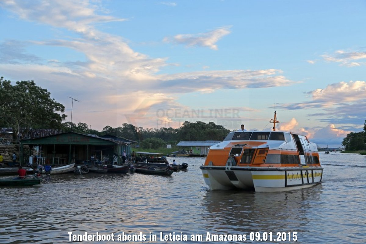 Tenderboot abends in Leticia am Amazonas 09.01.2015
